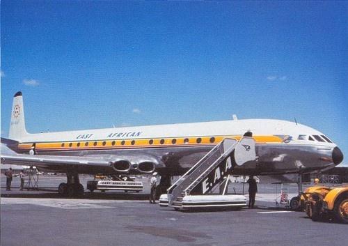 El viaje de vuelta a Tasmania en 1967 comienza con un vuelo en noviembre del aeropuerto Chileka en Blantyre a Uganda Entebbe en un Cometa EAA