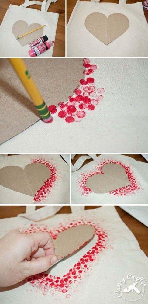 Pour maternelle - sauf sur un petit sac en papier pour mettre leurs valentine à l'intérieur. . http://www.huffingtonpost.com/2015/01/27/easy-valentines-day-crafts-for-kids_n_6518196.html - make a heart outline with q-tip painting technique: