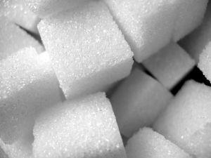 Unterirdische Pickel loswerden mit dem Hausmittel Zucker: Hautporen mit einem Peeling befreien