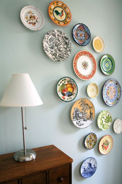 arching plate arrangement on wall - decorate with plates