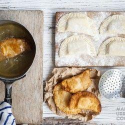 Una receta ideal para Semana Santa...¡Fácil, rendidora y muy pero muy rica! Entra en la nota y aprendé cómo preparar estas increíbles empanadas con gustito a Chile.