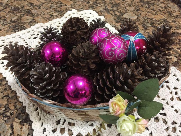 Enfeite de natal para mesa * uma cesta do seu agrado; * pinhas pintadas com spray prata; * bolinhas para enfeitar árvore de natal.
