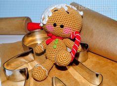 Den leckeren Lebkuchenmann häkeln ist mit dieser kostenlosen Anleitung ganz einfach. In der Weihnachtszeit sitzt der gehäkelte Lebkuchenmann Pepe am liebst