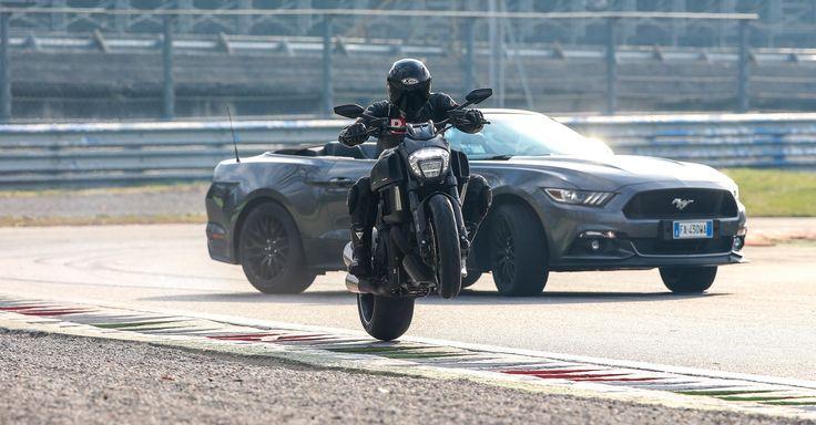 Duel Ford Mustang 5.0 Convertibile VS Ducati Diavel