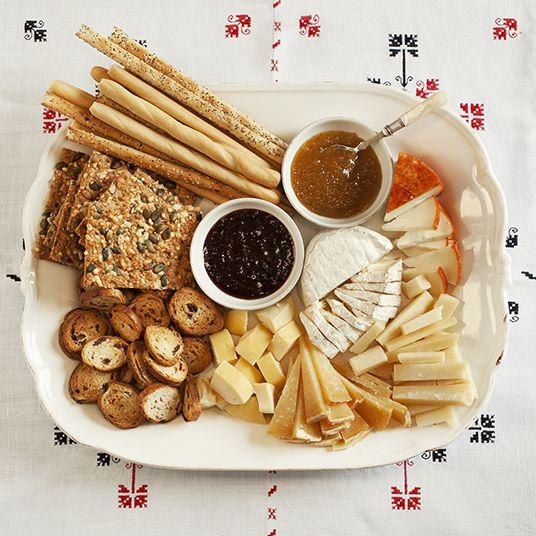 brunch de reyes, tabla de quesos con mermelada y panes www.petramora.com