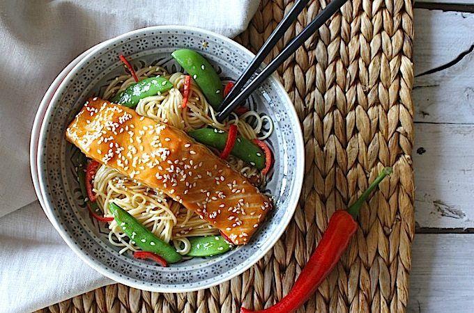 Benieuwd hoe je homemade teriyaki maakt? Dat is heel makkelijk! Bekijk het recept van zalm met teriyaki saus en noedels. Met de sesamolie van Foodelicious.