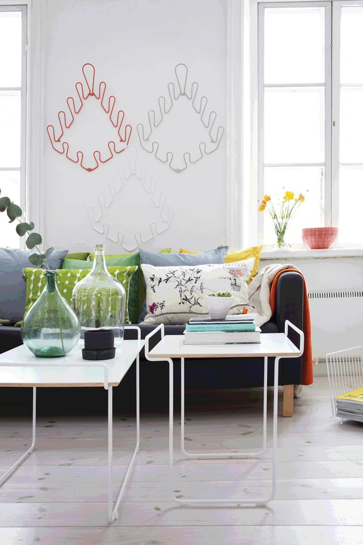 Hold S is a coffee table in metal wire with white or black moulded birch plywood on top. It fits very well as a side table to the couch or along with the Hold L as an additional living room table.  Material: Powder coated metal wire with laminated birch plywood