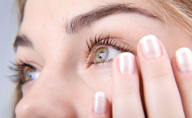 Um dos problemas de pele que mais incomodam as mulheres são as olheiras. As temidas manchas escuras sob os olhos aparecem com frequência e suas causas são variadas. Podem estar associadas a genética, hereditariedade, envelhecimento, ressecamento da pele, e também ao choro excessivo, estresse mental ou físico, falta de sono ou alimentação inadequada. Evitar olheiras …