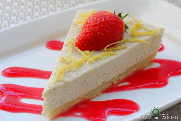 Nuts Cheesecake with strawberry sauce
