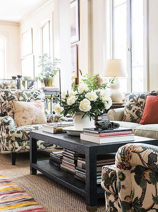 Julia upholstered a pair of large armchairs in her more casual living room in her favorite crewelwork fabric, which adds an extra dose of natural style to her cozy living room.