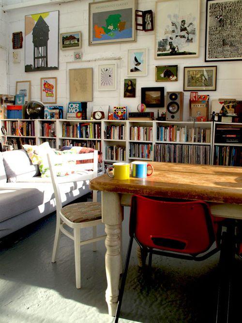 Mesa de madera, kilos de libros, tazas y solecico = Sí.