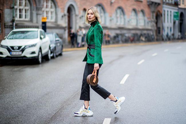Editoras de moda y estrellas del #streetstyle no parecen cansarse de la estética #sport y estos modelos están siendo protagonistas. #Sneakers #Tenis #Tenis2018 #Tendencias #Trends #Moda #Fashion #Nike #Balenciaga #LouisVuitton #Sportylook #Sporty #CasualLook
