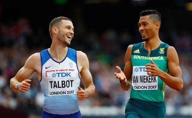 Wayde van Niekerk plaisante avec Daniel Talbot à l'arrivée des séries du 200m à Londres, le 7 août 2017.