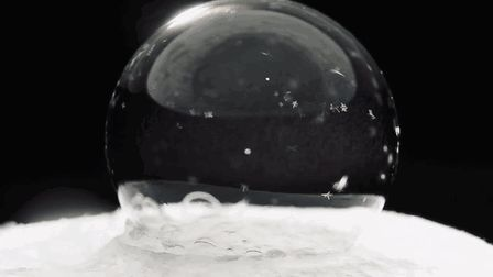 soap-bubbles-freezing-at-15-celsius-in-warsaw-poland.gif