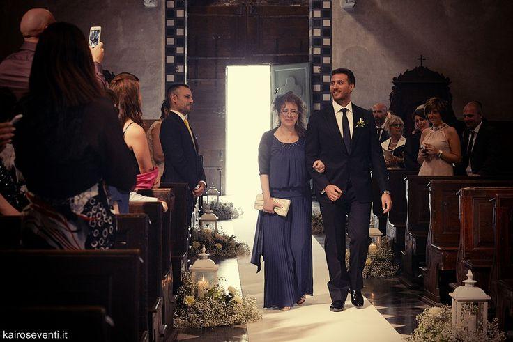 Entrata in chiesa dello sposo con la mamma. Wedding designer & planner Monia Re - www.moniare.com   Organizzazione e pianificazione Kairòs Eventi -www.kairoseventi.it   Foto Photo27