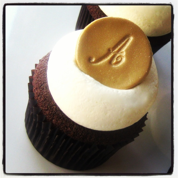 Georgetown Cupcake - wedding cupcakes with gold fondant monogram  #cupcakes #goldmonogram