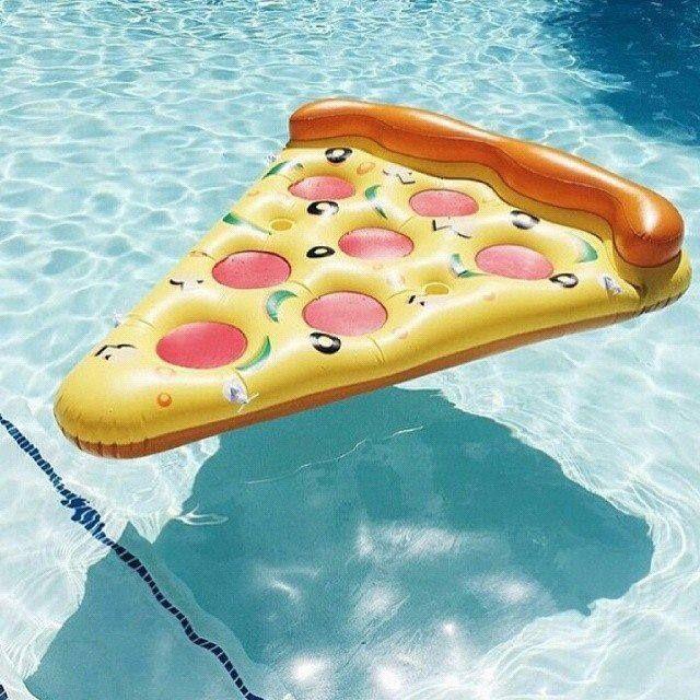 J'men fous, il fait beau. #pizza #flottante #piscine