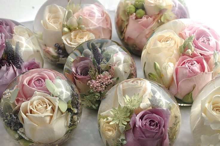 Do this with flowers and resin for party favours and instead of having life flowers that are going to be thrown away and die after the wedding.