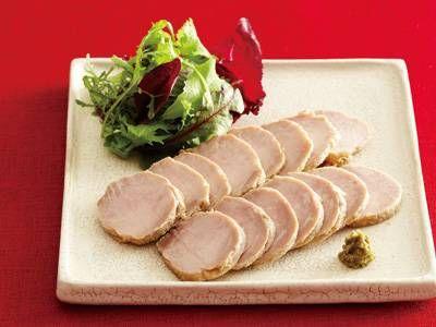 舘野 真知子さんの豚もも肉を使った「塩こうじローストポーク」のレシピページです。塩こうじの実力が最も発揮される塊肉。うまみが濃縮され、もも肉でもとても柔らかくなります。柚子こしょうの風味も爽やかに香ります。 材料: 豚もも肉、塩こうじ、柚子こしょう、A、サラダ用野菜、ごま油