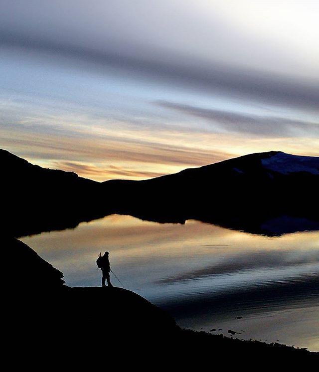 Kveldar som dette... #kveld #night #fisking #fishing #aure #ørret #trout ##breheimen #nasjonalpark #nationalpark #norge #norway #visitnorway #visitjotunheimen #nasjonalparkriket #norskfjellsenter #fjellfolk #fjellfører #mountainguide #mountaineering #sonymobile #swarovski #swarovskioptik_nature #asolospa