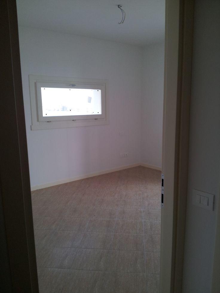 """Entrata della stanza (camera matrimoniale o salotto) in cui si nota la finestra """"quadro""""."""