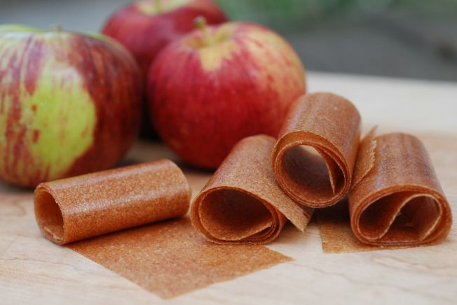 Here's a recipe for a simple, wholesome, homemade apple cinnamon fruit leather that's perfect for lunch boxes and snacks for kids.