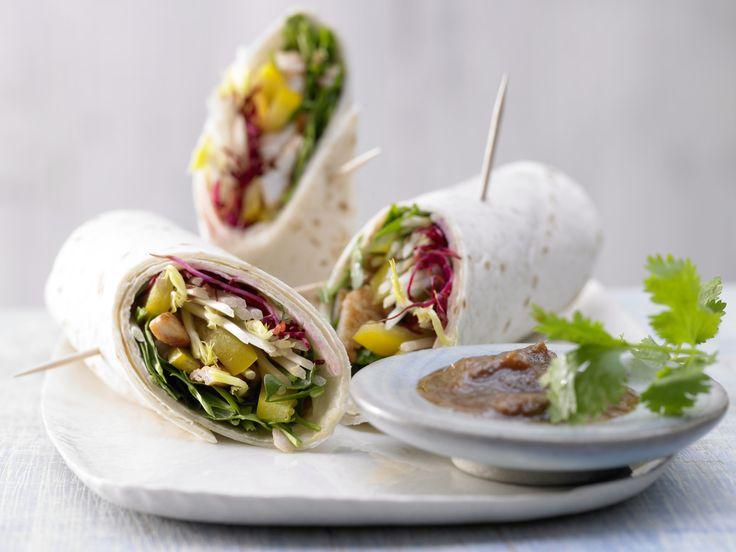 In den aufgerollten Asia Wraps stecken zartes Fleisch und viel knackige Frische. Asia-Wraps - mit Putenstreifen und Sprossen - smarter - Kalorien: 79 Kcal - Zeit: 30 Min. | eatsmarter.de