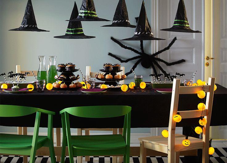 salle manger et table dcores pour halloween avec guirlande lumineuse et diffrentes gourmandises maison halloween table decorationshalloween party - Halloween Party Table Decorations