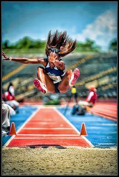 Función  informativa por la presencia del pie de foto que nos informa y artística que genera conocimiento crítico representando a una atleta haciendo salto de longitud