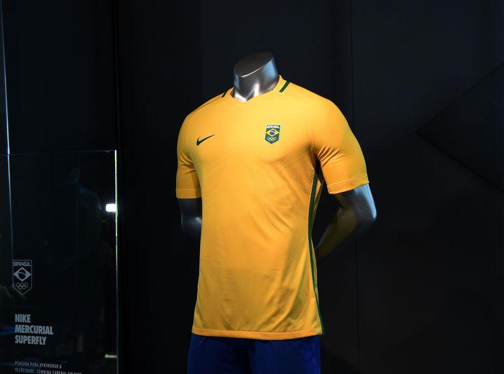 Uniformes do futebol olímpico, de pódio e da Vila são lançados no Rio #globoesporte