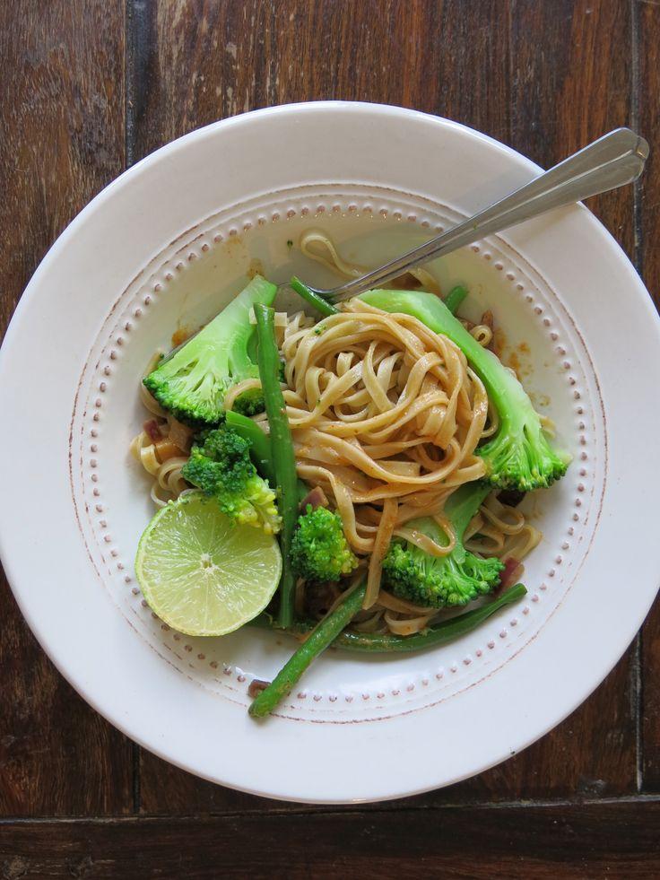 Enkle Thai-Nudler med Brokkoli & Grønne Bønner