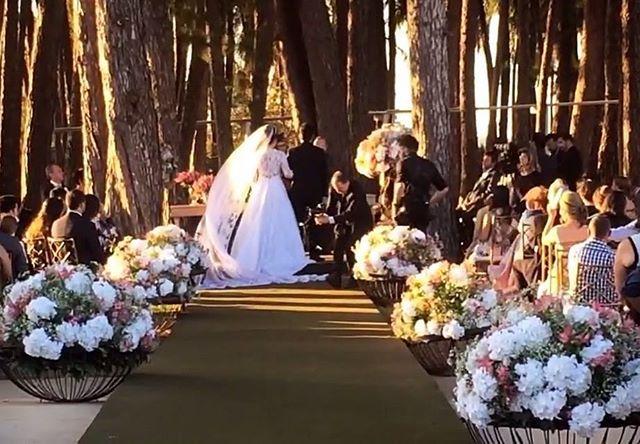 """""""Casando Priscila e Luiz Fernando no The Farm ao por do sol. Com @erichstudio @cancaodeamorfilmes @e2_eventos #noivalinda #pordosol #pordosolperfeito #weddingtime #casandodocampo #casamentodedia #weddingdress #weddinginspiration #weddingmusic #weddingsongs #weddingphotography #noivas2017 #noivasbrasil"""" by @musical_arte_fantastica. #eventplanner #weddingdesign #невеста #brides #свадьба #junebugweddings #greenweddingshoes #destinationweddingphotographer #dugunfotografcisi #stylemepretty…"""