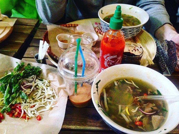 Спринг-роллы и суп pho неприлично вкусные  мест намного меньше чем людей. Но все пришедшие настолько доброжелательные и интеллигентные что тесное соседство в данном случае только в удовольствие  #ревизорробыодобрила #ilike #даниловскийрынок #marketfood #vietnamesefood #vietnamese #pho #springrolls  #food #foodporn #moscow #еда #едаялюблютебя by ksusha.rassadkina