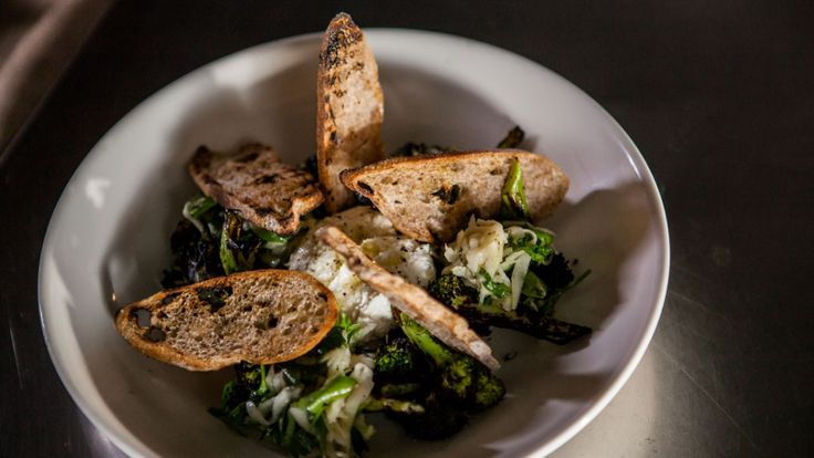 Ricotta de bufflonne, brocoli grillé et en coleslaw, petits croûtons      Zeste