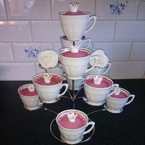 Prinsess cupcakes med amerikanska chokladmuffins. Fyllning chokladfluff och kaffe smörkräm. Toppat med rosa marsipanlock dekorerad med prinsesskrona av sockerpasta och kristyrprickar.