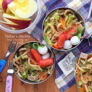 冷めてもくっつかない【焼うどん】の作り方。 by あゆさん   レシピブログ - 料理ブログのレシピ満載! 今日のお弁当は焼うどんにしました。自分用と子供用です( ¨̮ )・ウズラの卵・赤ウインナー・りんご子供用は食べやすいように出来た焼きうどんを適当にハサミでカット✂︎ 。子供のいる食事づくりは調理バ...