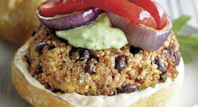 Gran hamburguesa de Quinoa  40 g de quinoa, aceite de oliva, ½ plátano, 1 cebolla roja pequeña, ½ diente de ajo, 75 g de champiñones, ½ pimiento rojo, 2 cucharaditas de semillas de comino, de pimentón molido ahumado y de salsa de shoyu orgánica, 150 g de frijoles negros, ½ cucharada de hojuelas de levadura, 1 cucharadita de fecula, pimienta negra y sal.    Y además:  Rollitos de pan multicereal, mayonesa vegana, aros de cebolla fritos, tiras de pimiento rojo frito guacamole.