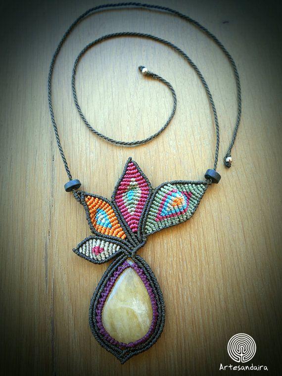 Collar de macrame en con alas de mariposa de diferentes colores y con piedra semipreciosa. Color del contorno marrón chocolate combinado con