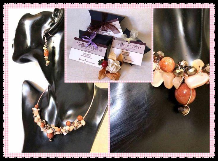 Gioie in Wire.  Parure in alluminio color oro rosato decorata con pietra arenaria oro,  pietra di luna pesca e perle di vetro.