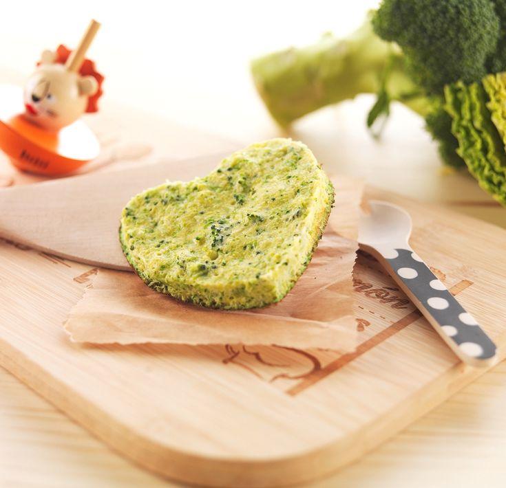 """Une recette pour dire """"Je t'aime"""" à Bébé le jour de la Saint-Valentin! Galette de brocolis, choux et courgette pour bébé dès 18 mois. Un cœur de légumes verts! #recettebébé #courgettes #saintvalentin"""