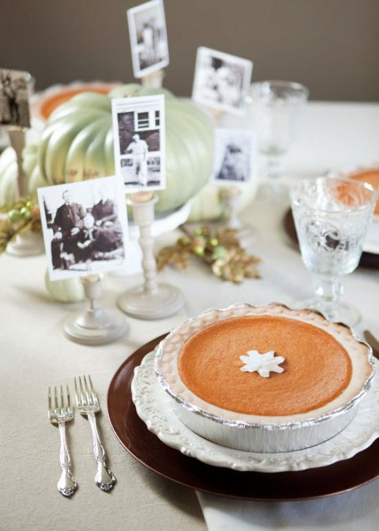 Faux pumpkin pie using disposable aluminum take out containers. includes printable pie top.: Helpful Shared, Faux Pumpkin, Photos Helpful, Place Cards, Family Photos, Vintage Families Photos, Places Cards, Thanksgiving Tables, Pumpkin Pies