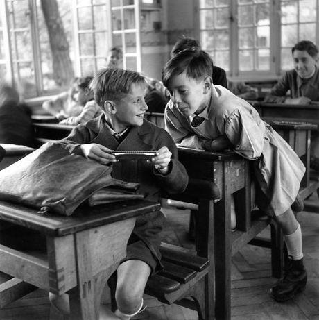 L'Harmonica. 1944. ¤ Robert Doisneau.  Atelier Robert Doisneau | Site officiel