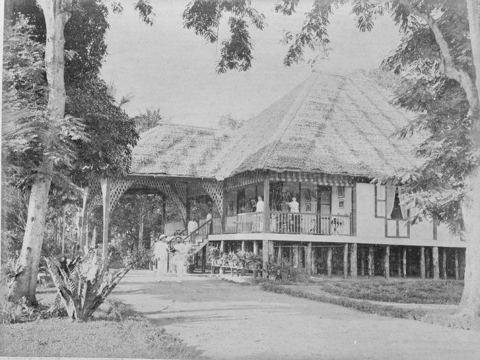 1885-1895: Rumah manajer perkebunan tembakau Helvetia, Medan, Sumatera Utara. Juru foto: G.R. Lambert & Co. Studio Foto.