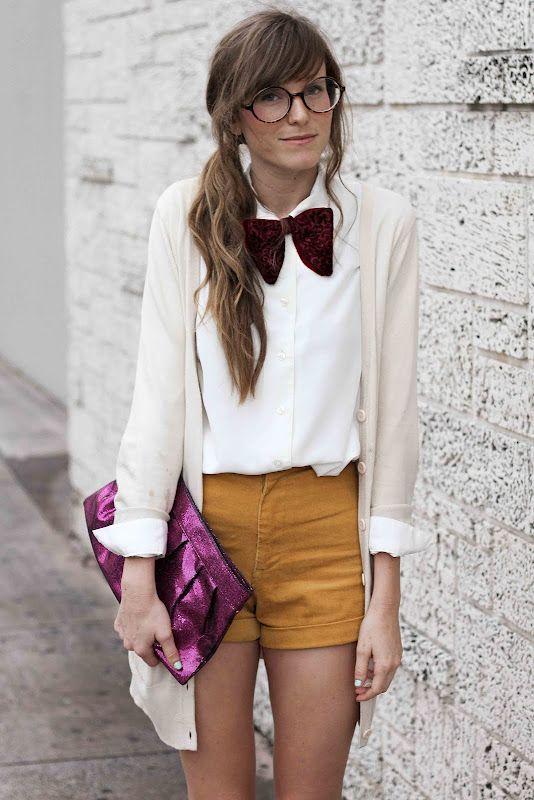 cardigan, hemdje, bril, shorts, strik