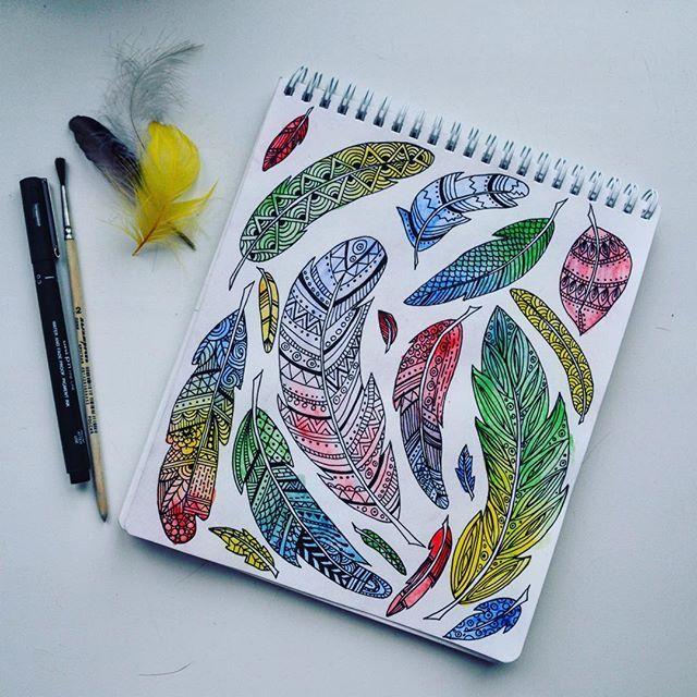 Как давно я не рисовала красками, акварельными в частности🎨 в детстве больше всего любила акварель, любила смешивать цвета и делать переходы из одного в другой цвет😊 ну и любимые перья с акварелью стали волшебными✨#дистанционныйзенарт #5потокрисующийгород #рисую#перья#акварель#plumage#draw#painting#watercolour#zenart#zentangle#зенарт#зентангл#doodle