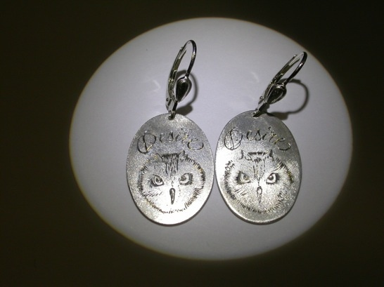 Pour la femme de Desiré.  Desiré's wife was delighted.  Silver earrings with engravings.  Inemoni