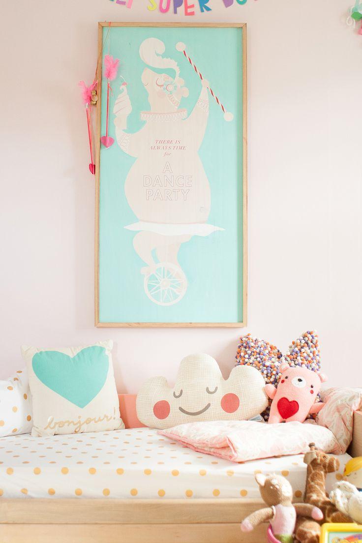 Quelques coussins et un joli cadre donnent du caractère à une chambre.