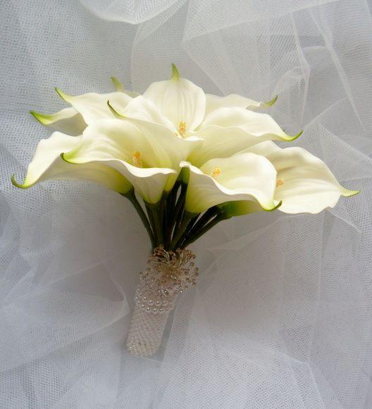 Este buquê é confeccionado com flores de silicone(copos de leite) importadas de altíssima qualidade e possui um perfume muito suave. São 14 flores. Delicadíssimo. OBS-FAZEMOS A LAPELA DO NOIVO  (15,00). R$ 160,00