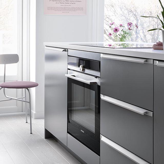 | KÖK | En köksö är en dröm hos många. En naturlig plats där man lagar mat, serverar mat, pluggar och umgås. Vi kan hjälpa dig att nå din dröm!    På bilden luckan Bistro mörkgrå.  #kök #classic #bistro #gråttkök