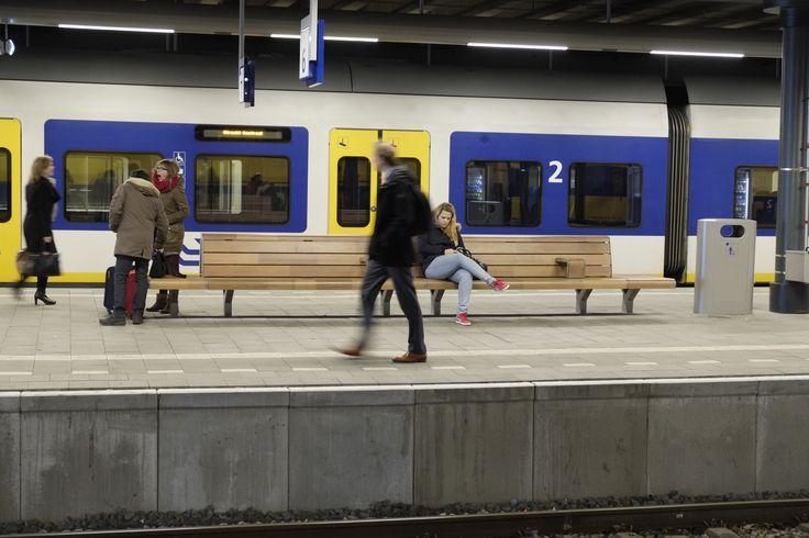 Stationsbanken Den Haag CS. ProRail, EpsiloN Bree, België, Koninklijke Dekker.  Houtsoort FSC Mandioqueira.